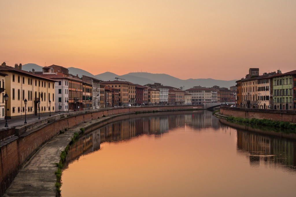 Pisa, l'Arno al tramonto