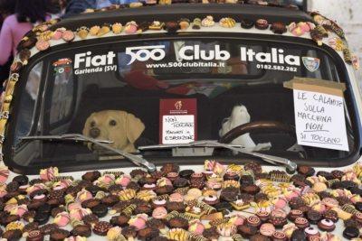 perugia - La Fiat 500 coperta di calamite a forma di dolce
