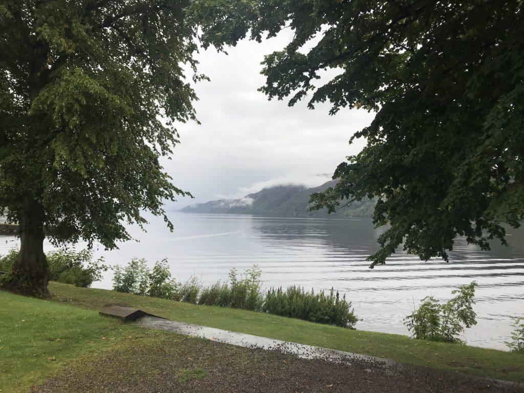 Questa immagine ha l'attributo alt vuoto; il nome del file è The-Higlands-club-giardino-su-Loch-Ness-1024x768.jpg