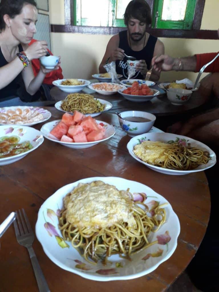 Pranzo conviviale in Birmania