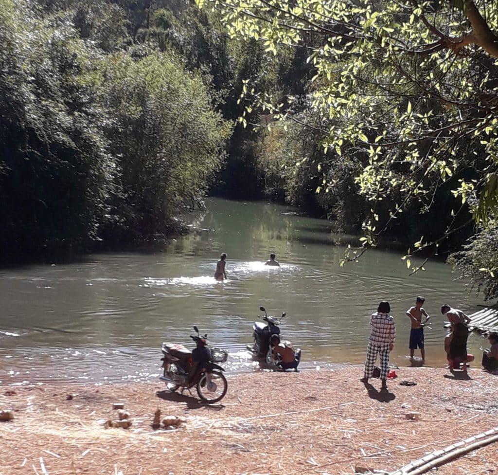 Bagno rinfrescante durante il trek birmano