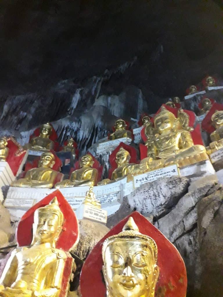 i Buddah nella grotta nel tempio Shwe Oo Min Pagoda