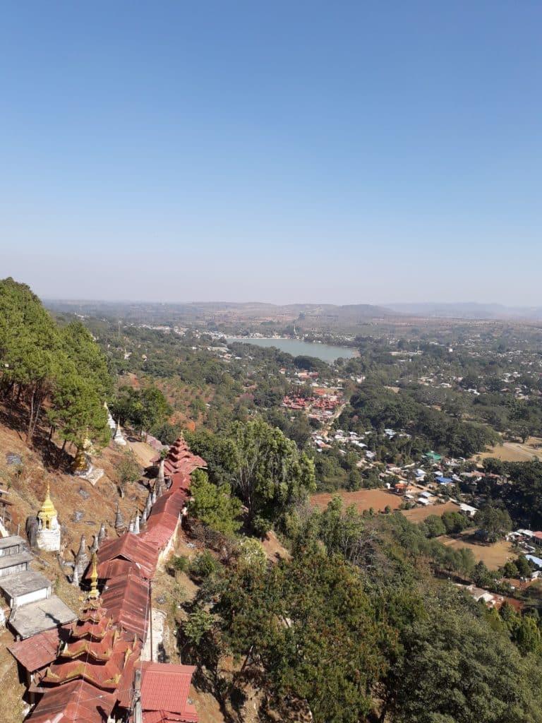 La salita alla Shwe Oo Min Pagoda